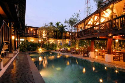 1600 Banthai Village Pool am Abend